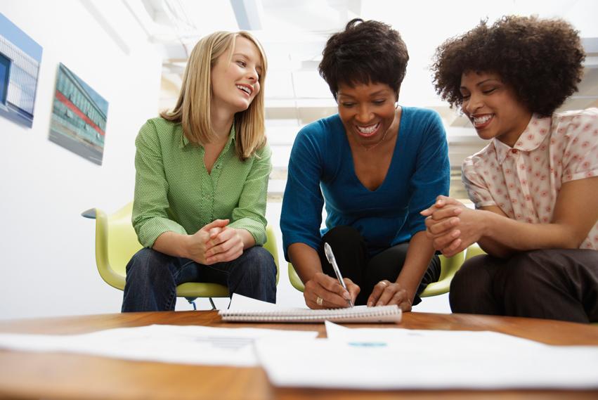 Trois femmes assises examen d'un document