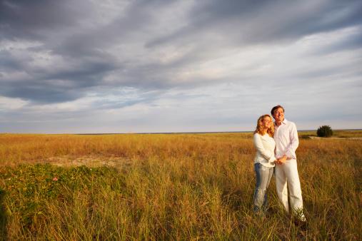 Couple dans le champ