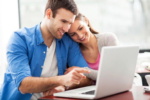Jeune couple à l'ordinateur