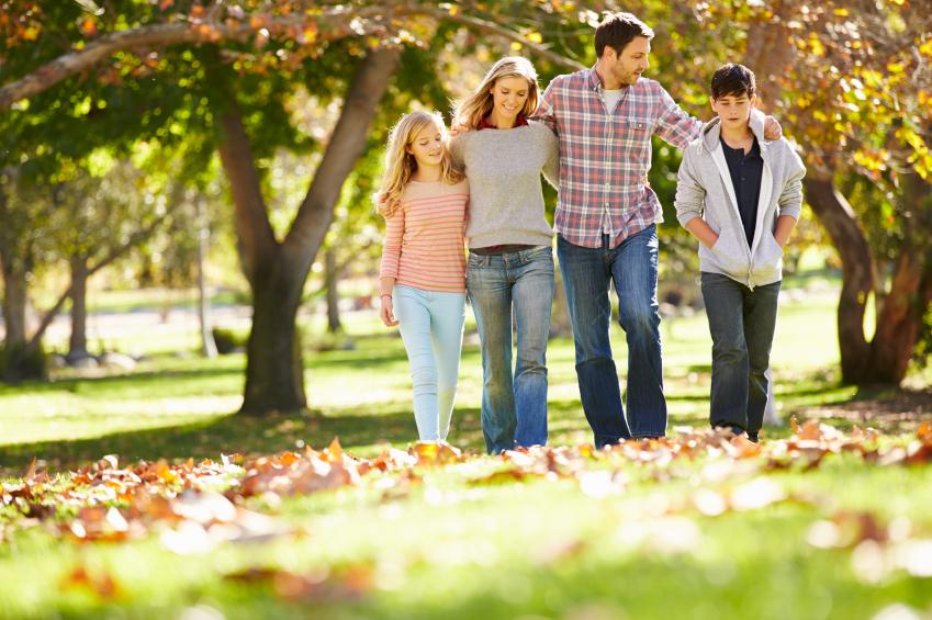 Famille marchant dans les feuilles