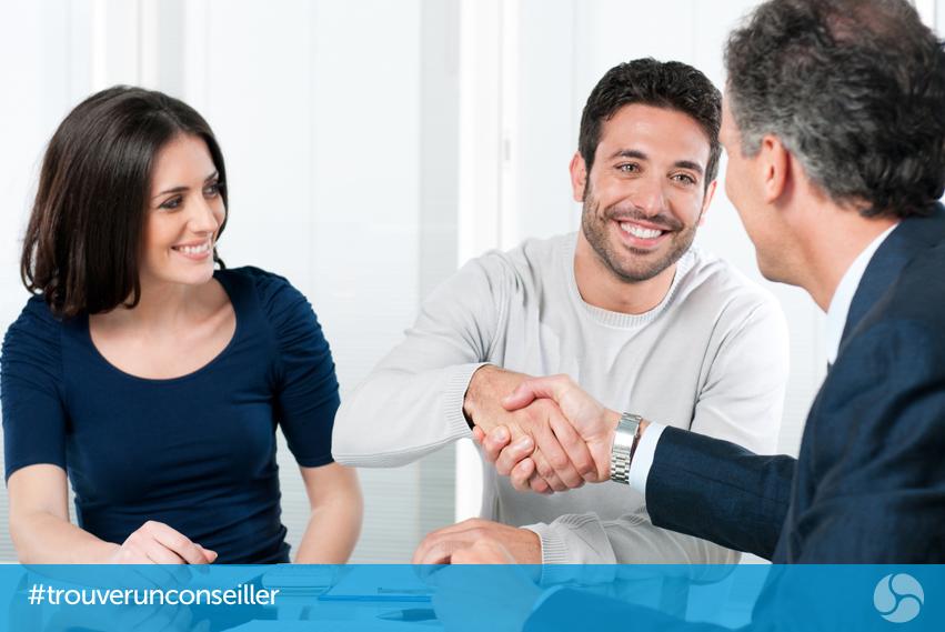 Jeune couple, parler à un conseiller