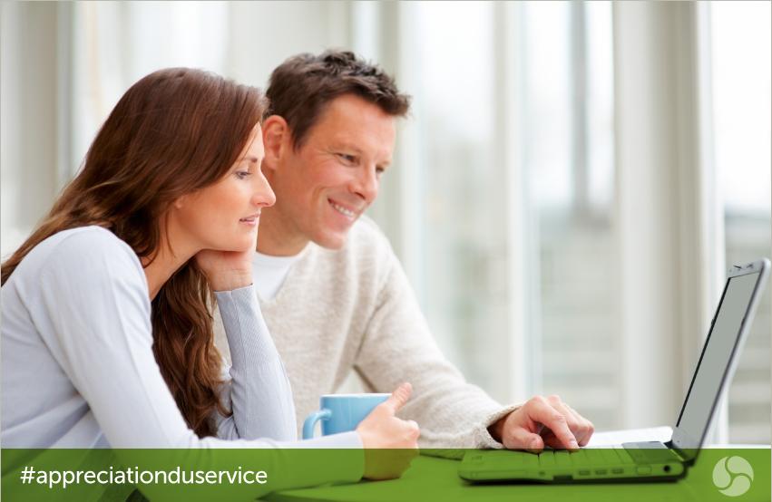 Couple à la recherche à l'écran d'ordinateur portable